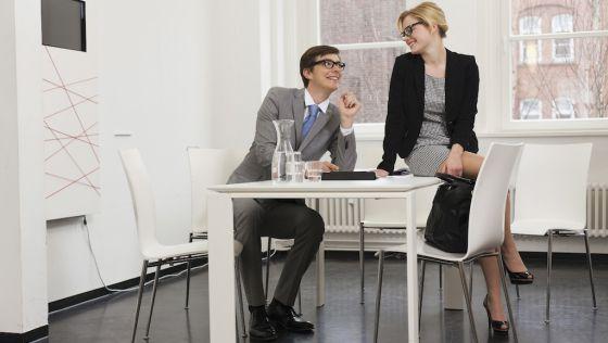 Tontear en la oficina beneficia a tu pareja (la de verdad)