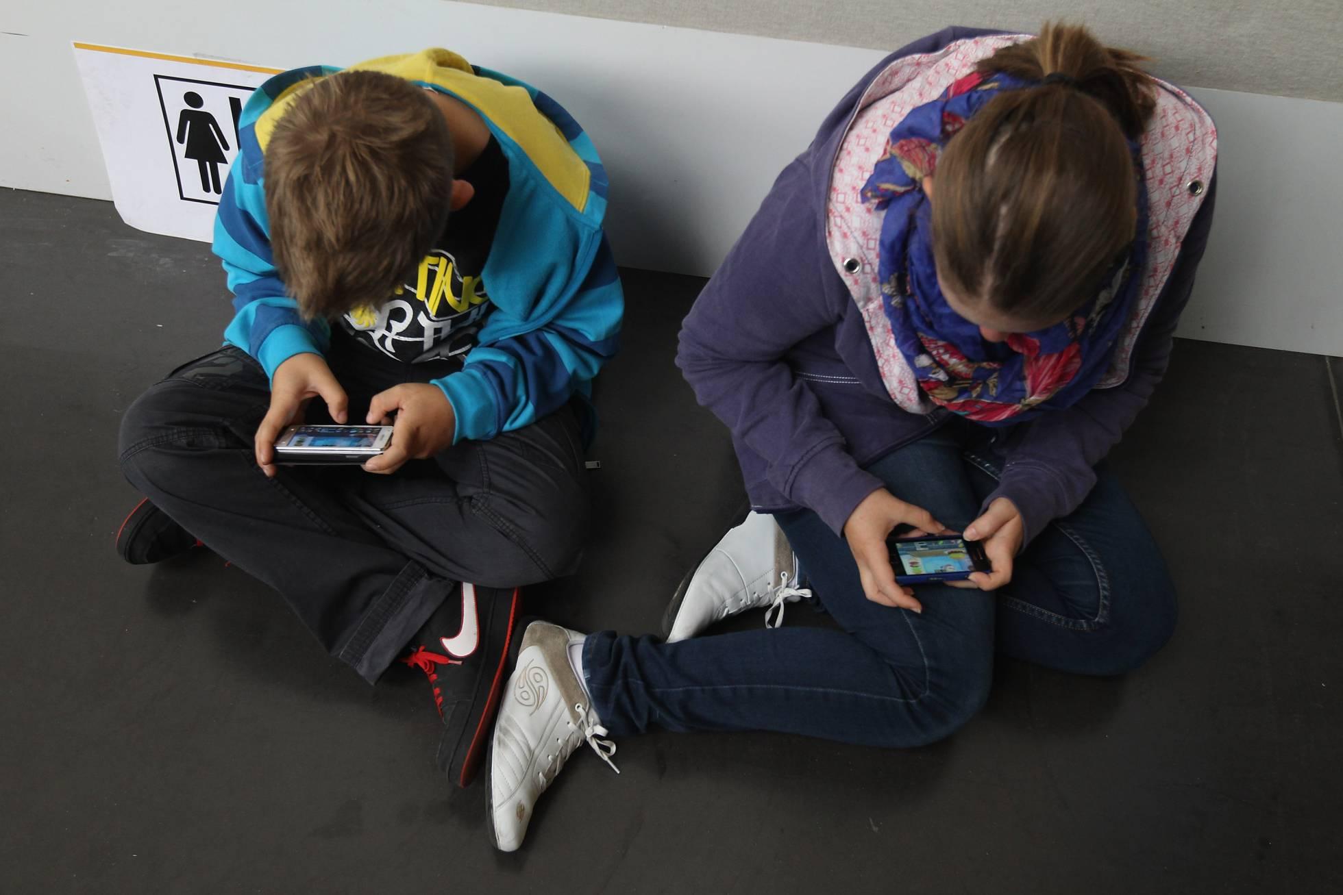 Teléfonos y primeras comuniones: ¿debe tener móvil un niño de 10 años?